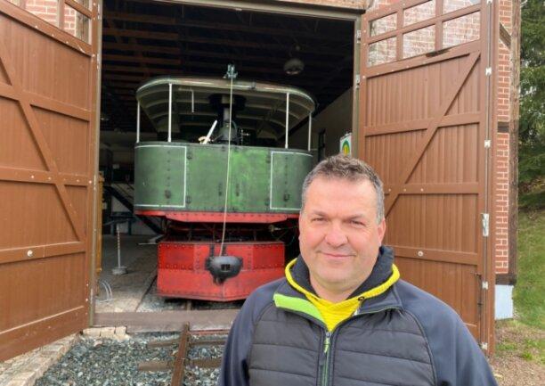 Kommt rein, schaut euch mal um. Der neue Vereinschef Heiko Härtel vor der 1902 gebauten Rollbock-Lok Fairlie IM 252.