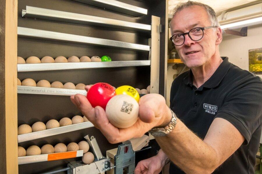 Bis zu 100 Kugeln fasst der Prototyp eines Kugelspenders, den Wolfgang Werner in seiner Werkstatt gebaut hat. Ähnliche Geräte soll es später an Stationen einer sogenannten Kugel-Tour geben.
