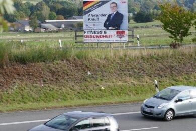 Das Plakat mit dem Bundestagspolitiker ist nur aus Richtung Chemnitz an der B 174 nahe der Ausfahrt Zschopau/Nord zu sehen.