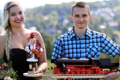 Nachwuchs für die Holzspielzeugmacherbranche: Julia Heilmann und Maximilian Hähnel zeigen ihre Gesellenstücke - einen rauchenden Dudelsackspieler und eine Eisenbahnlok. Sie sind zwei von insgesamt 13 neuen Holzspielzeugmachern. Am Freitag sind sie in Seiffen freigesprochen worden.