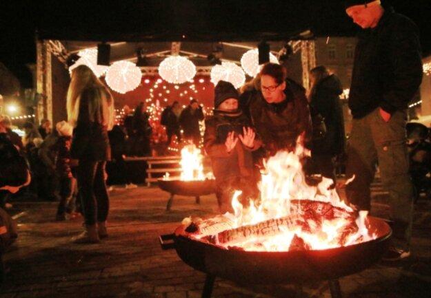 Große Feuerschalen und die attraktive Weihnachtsbeleuchtung waren im vorigen Jahr Stimmungsbringer und Wärmequellen auf dem Lengenfelder Adventsmarkt.