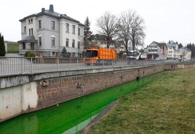 Der Lungwitzbach führte am Freitagvormittag in Oberlungwitz grüngefärbtes Wasser.