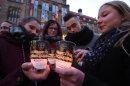 Am Abend endete der Friedenstag mit einer Kundgebung auf dem Neumarkt. Viele Teilnehmer entzündeten in Gedenken an die Opfer der Bombennacht eine Kerze.