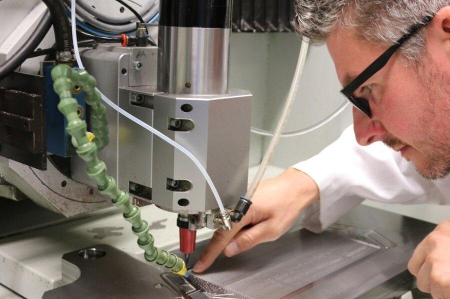 Udo Eckert bereitet das Werkstück für die Fertigung von Bipolarplatten vor.