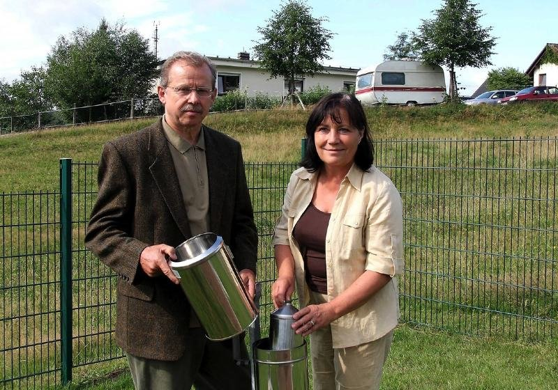 Ulrike Weber und Harald Hinkel messen ehrenamtlich für den Deutschen Wetterdienst in Aue dreimal am Tag die Temperaturen.