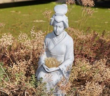 Die Bewahrerin traditioneller japanischer Künste: eine Geisha aus Stein.