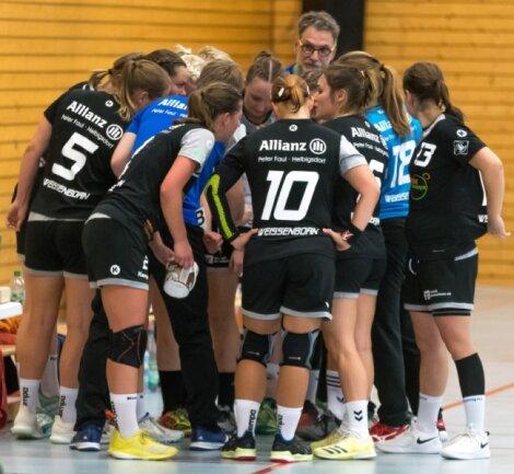 Solche Bilder sind im Moment natürlich undenkbar - trotzdem halten die Handballerinnen des SV Rotation Weißenborn, hier beim Duell in Marienberg in der Vorsaison, auch in den aktuell sehr schwierigen Zeiten fest zusammen und bereiten sich zielgerichtet auf einen eventuellen Neustart der Saison vor.