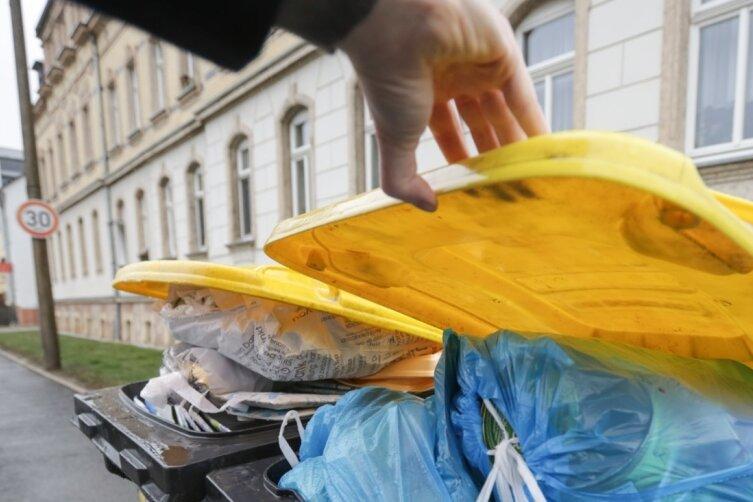 Wie oft gelbe Tonnen geleert werden, hängt vor allem von der Dichte der Wohnbebauung ab. In einigen Plattenbau-Vierteln geschieht dies zweimal pro Woche, andernorts wöchentlich, alle 14 Tage oder - insbesondere in den ländlichen Ortsteilen am Stadtrand - nur alle vier Wochen.