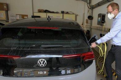 Danny Hösel (Foto), der Leiter des Eichamtes Zwickau, und seine Kollegen können den Dienst-E-Golf jetzt gleich in der Behörde betanken. Seit März verfügt die Behörde über eine Ladestation.