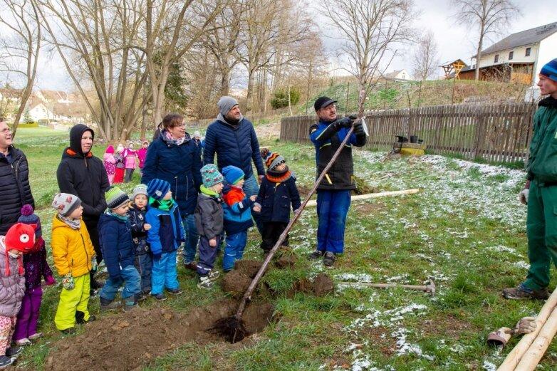 Kinder in Großfriesen freuen sich über neue Obstbäume