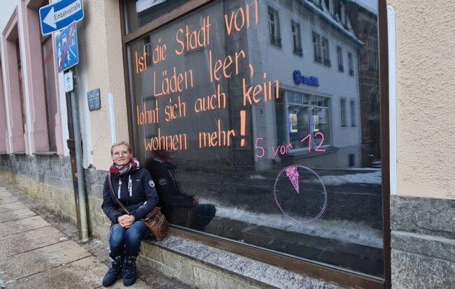 Lorett Rausch vor ihrem Schuhgeschäft am Lößnitzer Marktplatz. Den Spruch, mit dem alles angefangen hat, hat sie inzwischen durch einen neuen ersetzt. Jede weitere Woche im Lockdown will sie nun umdekorieren.