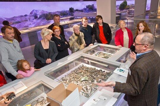 """300 Leser der """"Freien Presse"""" durften am Sonntag noch vor der offiziellen Eröffnung des Archäologiemuseums an einer der zahlreichen Führungen durch jeweils eine Museums-Etage teilnehmen. Insgesamt zeigt das Haus 300.000 Jahre Menschheitsgeschichte auf 3000 Quadratmetern und drei Etagen."""