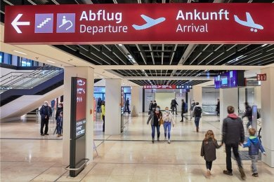 Der allererste kommerzielle Abflug startete für Fluggäste vom BER mit Easyjet nach London-Gatwick am Terminal 1.