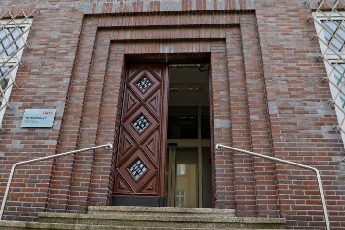 Im Foyer der Deutschen Bank ist der Hauseigentümer vom Angeklagten attackiert worden.