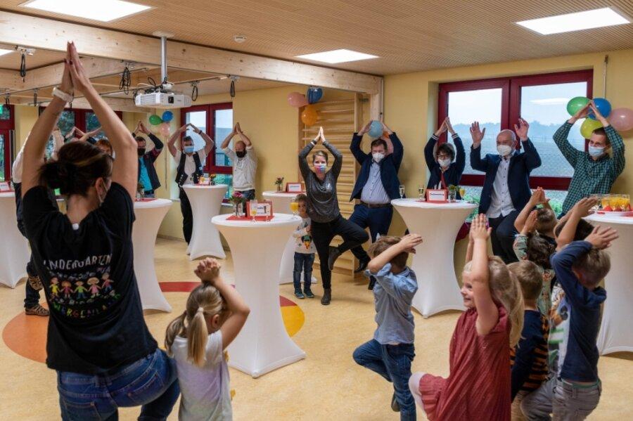 """Der Mehrzweckraum im neuen Anbau der Kita """"Zwergenland"""" in Langenleuba-Oberhain wurde zur Eröffnung am Freitag gemeinsam mit den Gästen schon einmal für ein paar Yoga-Übungen genutzt."""