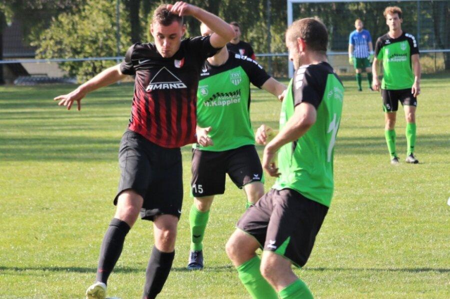 Der Flöhaer Marvin Giesecke (l.) versucht hier, sich gegen Kai Rüdiger vom TSV Großwaltersdorf/Eppendorf durchzusetzen. Am Ende zogen die Gäste mit 0:2 den Kürzeren.