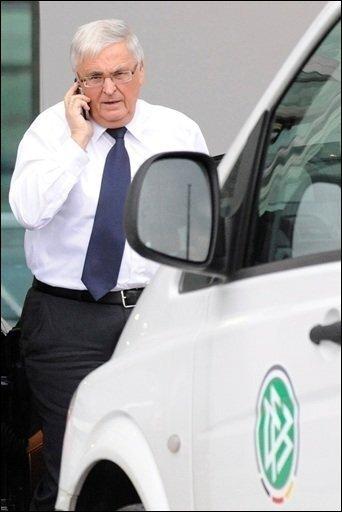 """Der Deutsche Fußball-Bund (DFB) hat nach dem Freitod von Nationaltorhüter Robert Enke das für Samstag geplante Länderspiel gegen Chile abgesagt. """"Wir müssen auch einmal innehalten können"""", sagte DFB-Präsident Theo Zwanziger in Bonn."""