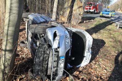 Der Fahrer eines Skoda Fabia ist Sonntag in Lichtenstein auf der Straße Chemnitzer Berg bei einem Verkehrsunfall schwer verletzt worden.