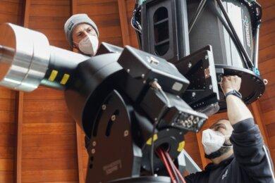 Präzisionsarbeit auf dem Dach der Sternwarte: Aladic Goran (links) und Carlo Orlandi von Baader Planetarium montieren das neue 50-Zentimeter-Spiegelteleskop in der Beobachtungskuppel.