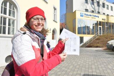 Olivia Kuckenburg bringt Kirchenmitgliedern in der Wallstraße eine Andacht vorbei. Hier und da klingelt sie, um ein Gespräch wenigstens am Gartenzaun zu führen. Auch mit Familie Kreysel steht sie in Kontakt.