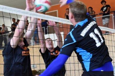 Die Hennersdorfer Volleyballer um Markus Haußmann (r.) haben sich zum Auftakt zuhause sowohl gegen den Sechser der WSG Oberreichenbach (Spielszene) als auch gegen den VSV Oelsnitz II durchgesetzt.