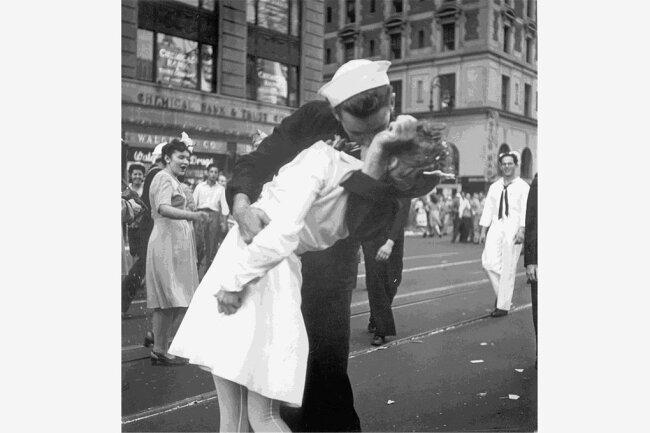 Bei einer spontanen Siegesfeier der Amerikaner am 14. August 1945 in New York küsst ein Matrose eine Frau am Times Square. Bei dieser Aufnahme handelt es sich aber nicht um die berühmte von Alfred Eisenstaedt. Die gleiche Szene fotografierte ein Fotograf der US-Navy.