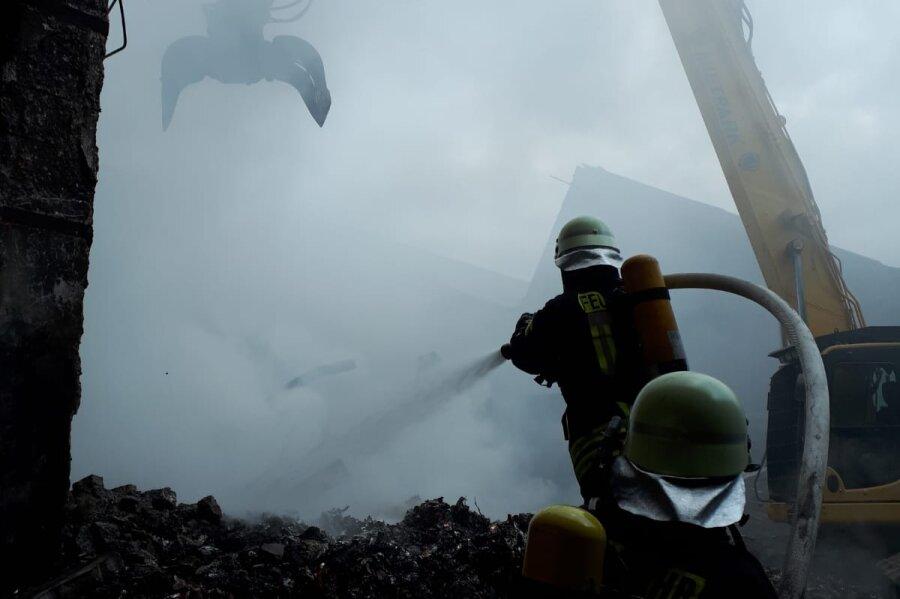 Feuerwehrkräfte am Sonntagnachmittag beim Löscheinsatz in der vom Brand betroffenen Halle.