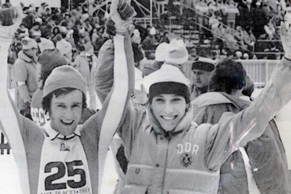 Ulrich Wehling (links) kurz nach dem Langlauf bei den Olympischen Spielen 1980 in Lake Placid, neben ihm Konrad Winkler.