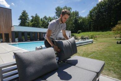 Eric Zorn, Betriebsleiter der Sauna im Golfbad Rabenstein, im Außenbereich der Anlage. Die vergangenen Wochen haben die Betreiber genutzt, um häufig genannte Kritikpunkte der Gäste abzustellen.