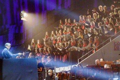 Von der Nordtribüne des Erzgebirgsstadions aus boten die Chorsängerinnen und -sänger gemeinsam mit der Erzgebirgischen Philharmonie Aue unter Hans-Christoph Rademann (links) dem vis-à-vis sitzenden Publikum von Laser- und Lichteffekten begleitet die Musik von Carl Orff dar.