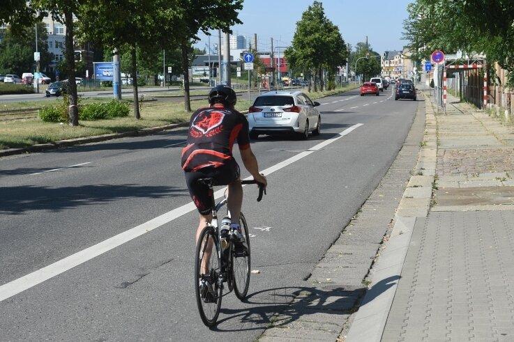Im Sommer 2020 soll diese Radspur nicht mehr abrupt im fließenden Verkehr enden, sondern bis zur nächsten Kreuzung durchgehen.