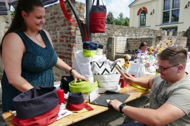Die Idee, alte Feuerwehrschläuche für Alltagsutensilien zu nutzen, hatte Jasmin Ritter. Ihr Freund Stefan Laske, den sie zunächst mit einem Geschenk überraschte, hilft nun beim Basteln mit. Gemeinsam stellten sie ihre Produkte auf dem Kreativmarkt des Grünthaler Sommers vor.