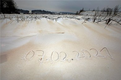 Staub aus der Sahara überraschte auch in Hohenstein-Ernstthal die Schneeschipper.