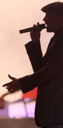 Lichte Pastelltöne und braune Cord-Jacke: Xavier Naidoo bei einem Konzert in Hamburg.