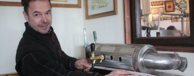 Michael Friedrich installiert in seiner Stonewood-Braumanufaktur eine neue Zapfanlage.