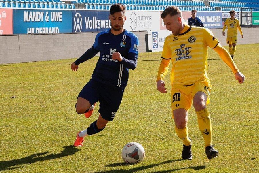 Im Testspiel Anfang März gewannen Okan Kurt (links) und sein Chemnitzer FC mit 2:0 gegen Alexander Morosow und dessen VfB Auerbach.