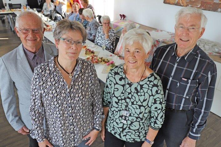 Winfried Schimmel, Erika Wittig, Birgit Gratz und Henri Schneider (v. r.) feiern gemeinsam mit den Tänzerinnen der Landfrauen den 25. Geburtstag der Tanzgruppe.