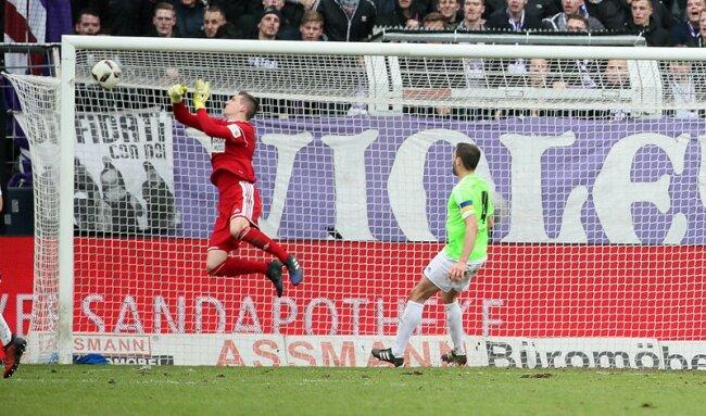 Tor für den VfL Osnabrück. Konstantin Engel (nicht im Bild) erzielt per Kopf den Treffer zum 3:0.