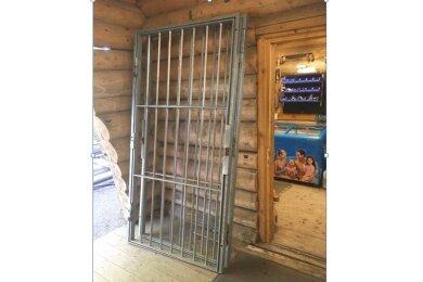 Die Gittertür zum Kassenraum wurde aufgebrochen.