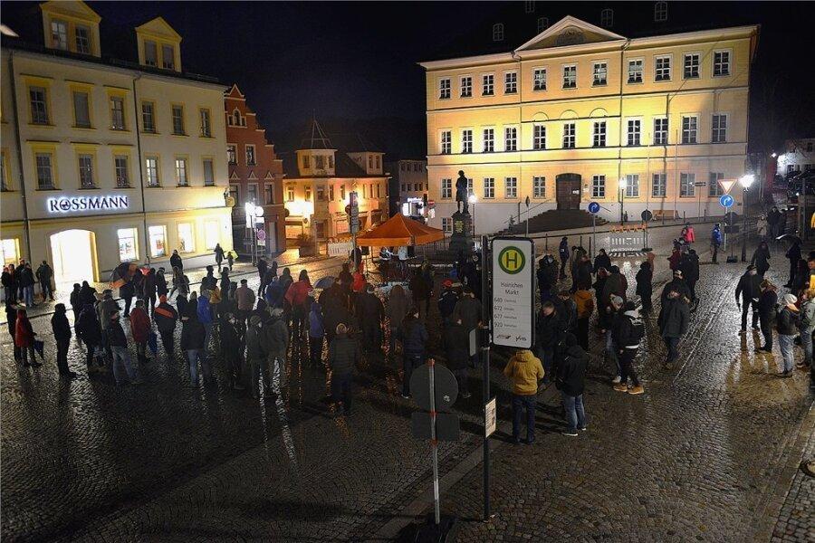 Etwa 80 bis 100 Menschen demonstrierten am Montagabend auf dem Markt in Hainichen gegen die Coronaregeln.