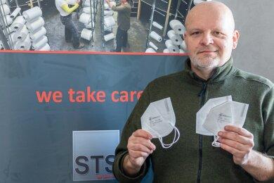 Unternehmer Markus Tutsch mit FFP2-Masken aus seiner Produktion: Zeitweise wurden 100.000 Stück täglich gefertigt.