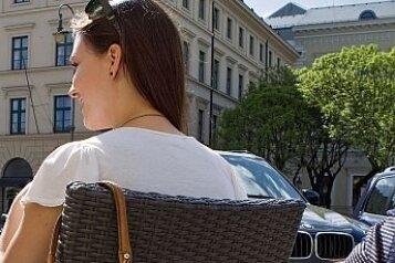 Die Tasche lässig über die Stuhllehne gehängt - man kann es immer wieder beobachten. Leichtes Spiel für Diebe.