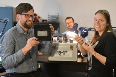 Martin Reiber (l.), hier mit dem Freiberger Saxeed-Standortleiter Andre Uhlmann und Mitarbeiterin Anna Werner, hat eine Technologie entwickelt, die ermöglicht, aus Abfällen Elektronikmetalle zu gewinnen.