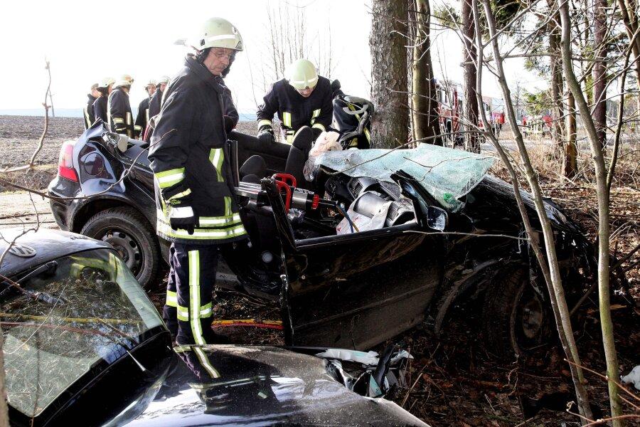 Feuerwehrleute mussten die beiden Männer aus dem verunglückten Fahrzeug schneiden.
