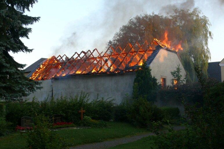Gegen 6 Uhr ist am Montagrüh ein Feuer in der Pfarrscheune im Hainichener Ortsteil Bockendorf ausgebrochen. Das Fachwerkhaus brannte lichterloh.