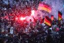 Demonstranten der rechten Szene zündeten am Montag in der Chemnitzer Innenstadt Pyrotechnik und schwenkten Deutschlandfahnen.
