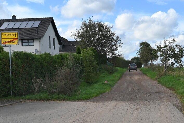 Dass die Äppelallee in Seifersdorf einst eine Staatsstraße war, verwundert aus heutiger Sicht. Jetzt soll sie ein Radweg werden.