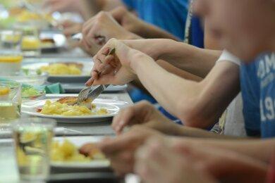 Wochenlang geschlossene Schulen, deutlich geringerer Absatz, höherer Transport-Aufwand: Die Zeit der harten Einschränkungen wegen der Corona-Pandemie im Frühjahr haben Anbieter von Schulessen wirtschaftlich arg in Bedrängnis gebracht.