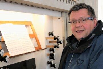 Torsten Lange, Ortsvorsteher Gahlenz, an der Orgel der Gahlenzer Kirche.