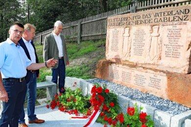 Die Sanierung des vor 100 Jahren errichteten Kriegerdenkmals auf dem Gablenzer Friedhof ist abgeschlossen. Zur Feierstunde am Donnerstagnachmittag waren neben Mitinitiator Uwe Schlegel auch der Crimmitschauer OB André Raphael und Pfarrer Joachim Escher (v. l.) erschienen.
